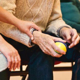 Bild zu:Oskrba starejših in delo negovalca I Die Altenpflege und Arbeit von Betreuerinnen und Betreuern