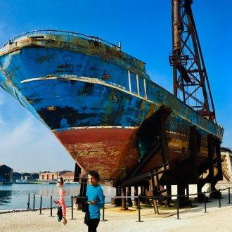 "Installation des Schweizer Künstlers Christoph Büchel: Wrack des Flüchtlingsboots ""Barca Nostra"""