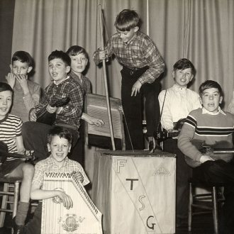 Britische Schul-Skiffleband, 1957  (Quelle: https://upload.wikimedia.org/wikipedia/commons/thumb/e/eb/Firs_Estate_Skiffle_Group.jpg/1280px-Firs_Estate_Skiffle_Group.jpg, (CC BY-SA 3.0) )